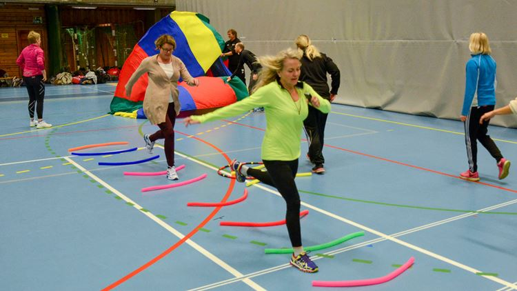 Course for PE teachers – woman running over markers on the gym room floor