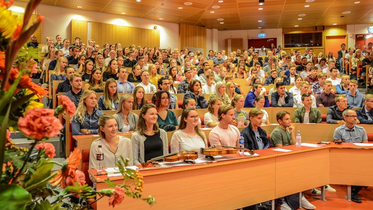 Ca 350 studenter i auditorium Innsikt